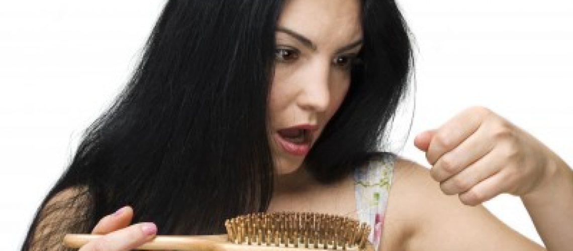 מה גורם לנשירת שיער והאם יש דרך לעצור את זה?